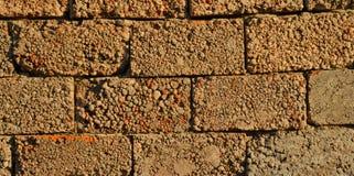 Ściana żużli bloki pod promieniami wieczór słońce pojęcia tła energii obraz Zdjęcie Stock