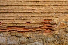 Ściana cegły i kamienie starzy, marniejący, obraz royalty free