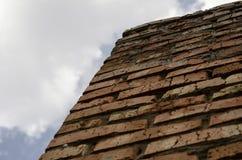 Ściana czerwona cegła przeciw niebu Puszek up t?o textured obrazy royalty free