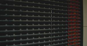 Ściana metal siatka Metal struktura siatka i bary Zmrok będący ubranym ośniedziały metal siatki tekstury tło zbiory wideo