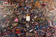 Ściana pełno wiadomości na różnych językach obcych od kochanków w Juliet domu, Verona Obraz Royalty Free