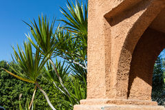 Ściana piaskowiec na tle roślinność zdjęcie royalty free