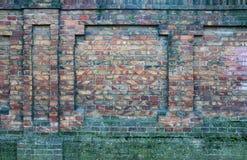 Ściana stara, uszkadzająca czerwona cegła, Narysy i pęknięcia Tekstura antykwarska retro cegła i tło zdjęcia stock