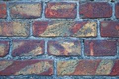 Ściana stara, uszkadzająca czerwona cegła, Narysy i pęknięcia Tekstura antykwarska retro cegła i tło zdjęcie royalty free