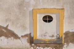 Ściana stary dom z żółtą nadokienną ramą Zdjęcia Stock