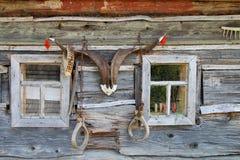 Ściana stary wioska dom, dekorująca z rogami Fotografia Royalty Free