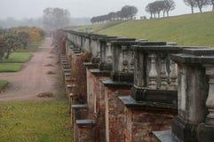 Ściana w mgle blisko Marglistego pałac peterhof Rosja Fotografia Royalty Free