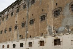 Ściana więźniarski budynek z okno pricon komórki z barami zdjęcie stock