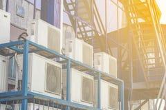 Ściana wielki budynek biurowy z błękitnymi okno i lotniczym uwarunkowywać fotografia stock