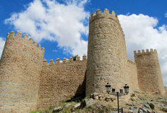 Ściana, wierza i bastion Avila, Hiszpania, robić koloru żółtego kamienia cegły Obrazy Stock