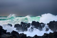Ściana wody jak tsunami - niespokojne fala Pacyficzny ocean zdjęcie royalty free
