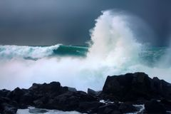 Ściana wody jak tsunami - niespokojne fala Pacyficzny ocean obraz stock