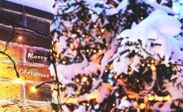 Ściana z cegieł Bożenarodzeniowy tło z światłami jarzy się i śnieżnymi, karta Zdjęcia Royalty Free