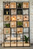 Ściana z cegieł domowy półka na książki z lampą Interiror w loft stylu obraz stock