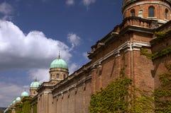 Ściana z cegieł i cupolas na Mirogoj Obraz Stock