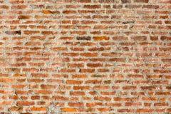 Ściana z cegieł kontrastuje cement pośrodku obraz royalty free