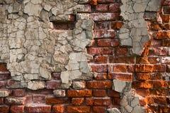 Ściana z cegieł z obieranie tynkiem Zdjęcia Royalty Free