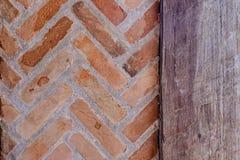Ściana z cegieł obok drewnianego drzwi Obrazy Royalty Free