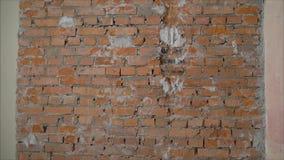 Ściana z cegieł w budynku mieszkalnym Frontowy widok krakingowy czerwonej gliny ?ciana z cegie? budynek mieszkalny zdjęcie wideo