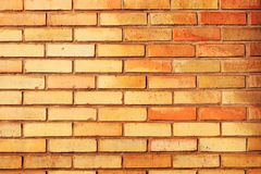 Ściana z cegieł w pomarańczowym i czerwieni plenerowych zdjęcia stock