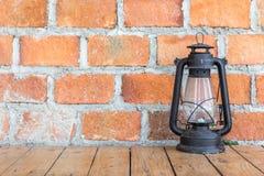 Ściana z cegieł z antykwarskim lampionem zdjęcie stock