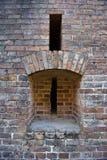 Ściana z cegieł z armatnimi szczelinami Fotografia Royalty Free