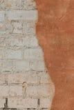 Ściana z cegieł z krakingowym tynkiem - tekstura Fotografia Royalty Free