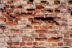 Ściana z odłupanymi kawałkami czerwona cegła zdjęcie royalty free