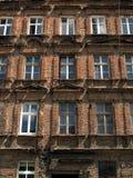 Ściana z okno stary, uszkadzający budynek mieszkalny w Wro, Zdjęcie Royalty Free