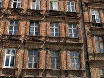 Ściana z okno stary, uszkadzający budynek mieszkalny w Wro, Zdjęcia Stock