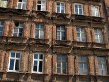 Ściana z okno stary, uszkadzający budynek mieszkalny w Wro, Obraz Royalty Free