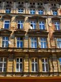 Ściana z okno stary, uszkadzający budynek mieszkalny w Wro, Fotografia Stock