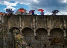 Ściany Dubrovnik Parasole i deszcz Chorwacja obrazy stock