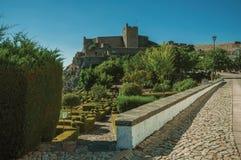 Ściany i kamienia wierza miasto Roszują nad wzgórzem zdjęcia stock