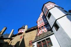 Ściany otacza wewnętrznego podwórze Eltz kasztel w Pa Obraz Royalty Free