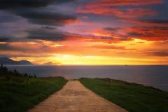 Ścieżka blisko morza przy zmierzchem zdjęcie stock