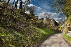 Ścieżka drewniane chałupy w pogodnym wiosny popołudniu w wiosce Karba w wiosna regionu turystycznego Machuv czeskim kraju Zdjęcie Royalty Free