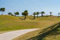 Ścieżka iść przez pola golfowego w Hiszpania z jasnym niebieskim niebem fotografia royalty free