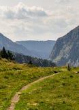 Ścieżka i markier w górach obrazy stock