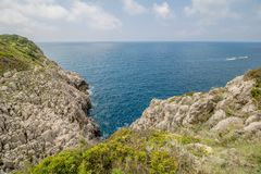 Ścieżka mali fortecy w Anacapri na wyspie Capri, Włochy obraz royalty free