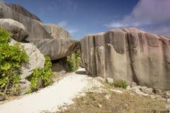 Ścieżka między głazami kołysa losu angeles Digue wyspę Seychelles, urlopowy tło Fotografia Royalty Free