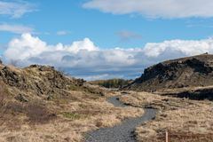Ścieżka, prowadzi daleko od, skalista z ładnym niebem obraz royalty free