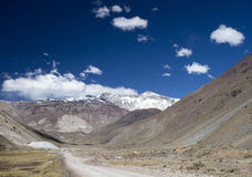 Ścieżka prowadzi góry z śniegiem Obrazy Stock