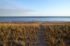 Ścieżka prowadzi w kierunku spokoju pustego, pokojowy jezioro Zdjęcia Royalty Free