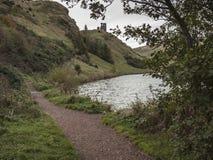 Ścieżka przy St Margaret kędziorkiem, Holyrood park, Edynburg Fotografia Stock