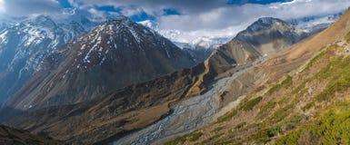 Ścieżka Tilicho jezioro do himalajów w chmurach, Obrazy Stock