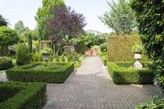 Ścieżka w formalnym ogródzie z boxwood łóżkami zdjęcia stock