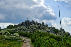 Ścieżka w Krkonose - samiec kamienie fotografia stock