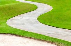 Ścieżka wygina się przez zielonej trawy w polu golfowym fotografia stock