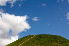 Ścieżki i wzgórza przeciw niebieskiemu niebu zdjęcie royalty free